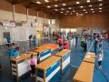 Ansicht Halle bei laufendem Wettbewerb, Disziplin Seil-Labyrinth im Vordergrund.